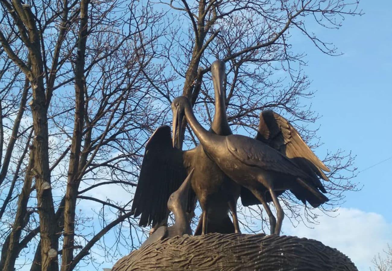 Спорудження скульптури «Лелеки» з бронзи